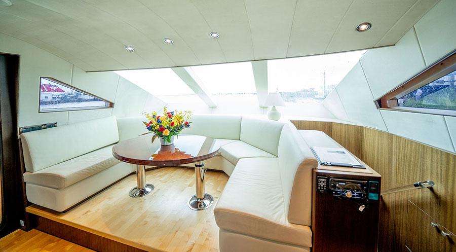 船内はソファやエアコンを完備
